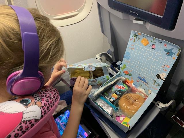 vliegen met kinderen,tips vliegen met kinderen,lange vlucht tips,kindermaaltijd klm,vliegen met klm,vliegreis curacao
